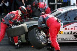 Les mécaniciens d'Audi pendant un essai d'arrêt au stand pour Katherine Legge, Audi Sport Team Abt A