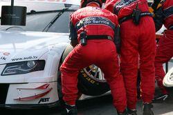 Les mécaniciens d'Audi pendant un essai d'arrêt au stand pour Tom Kristensen, Audi Sport Team Abt Audi A4 DTM