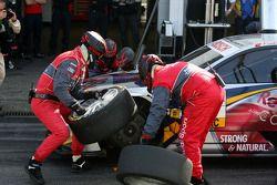 Les mécaniciens d'Audi pendant un essai d'arrêt au stand pour Martin Tomczyk, Audi Sport Team Abt Au