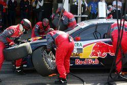 Les mécaniciens d'Audi pendant un essai d'arrêt au stand pour Mattias Ekström, Audi Sport Team Abt A