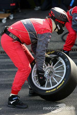 Les mécaniciens d'Audi prêts pour un changement de pneus pendant un essai d'arrêt au stand