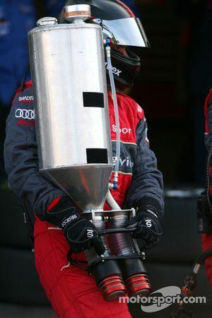 Mécanicien d'Audi avec une pompe à essence