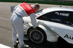 Александр Према, Audi Sport Team Phoenix, проверяет температуру шин