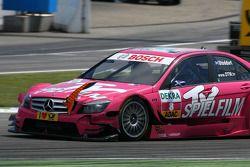 La voiture endommagée de Susie Stoddart, Persson Motorsport, AMG Mercedes C-Klasse, avec une pièce aérodynamique d'une autre voiture coincée dans la calandre