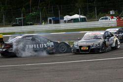 Katherine Legge, Audi Sport Team Abt Audi A4 DTM rentre dans la voiture de Ralf Schumacher, Team HWA AMG Mercedes C-Klasse dans l'épingle; Schumacher fait un tête-à-queueet a de faibles dégâts sur sa carosserie.