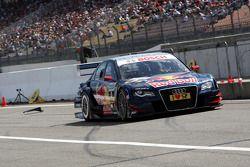 Des morceaux de pneus de la voiture de Mattias Ekström, Audi Sport Team Abt Audi A4 DTM, s'envolent
