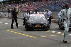 La voiture de Timo Scheider, Audi Sport Team Abt Audi A4 DTM en train d'être poussée au parc fermé par les commissaires.