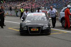 La voiture de Timo Scheider, Audi Sport Team Abt Audi A4 DTM en train d'être poussée au parc fermé