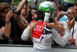 Timo Scheider, Audi Sport Team Abt Audi A4 DTM congratulé dans le parc fermé par Jasmin Rubatto, la petite amie de Timo Scheider