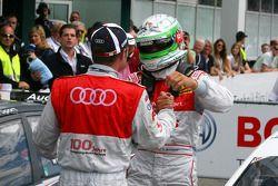 Timo Scheider, Audi Sport Team Abt, félicite le vainqueur de la course Tom Kristensen, Audi Sport Team Abt