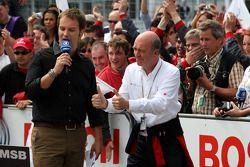 Dr Wolfgang Ullrich, le directeur sportif d'Audi les pouces levés pour Oliver Jarvis à son entrée da