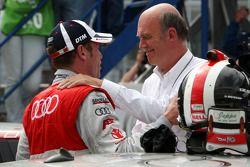 Dr Wolfgang Ullrich, le directeur sportif d'Audi célèbre la victoire avec son vainqueur Tom Kristens