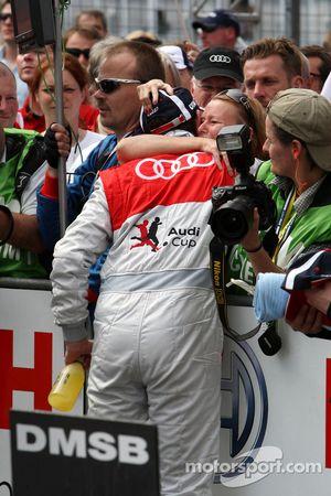 Oliver Jarvis, Audi Sport Team Phoenix Audi A4 DTM reçoit les félicitations d'une femme dans le public pour sa 3ème place