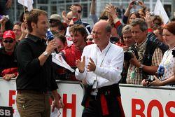 Dr Wolfgang Ullrich, le directeur sportif d'Audi applaudissant Oliver Jarvis, Audi Sport Team Phoenix Audi A4 DTM à son entrée dans le parc fermé