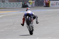 Il vincitore della gara Jorge Lorenzo, Fiat Yamaha Team, festeggia