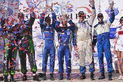 ALMS Challenge podium: vainqueurs Melanie Snow et Martin Snow , seconde place pour John Baker et Guy Cosmo, troisième place pour Ed Brown et Bill Sweedler