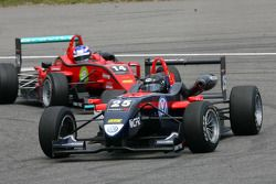 Tiago Geronimi, Signature, Dallara F308 Volkswagen, devance Marco Wittmann, Mücke Motorsport, Dallara F308 Mercedes