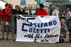 Les fans brandissent un drapeau pour Stefano Coletti, Prema Powerteam, Dallara F308 Mercedes