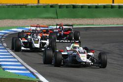 Alexander Sims, Mücke Motorsport, Dallara F308 Mercedes, devance Johnny Cecotto Jr