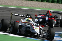 Alexander Sims, Mücke Motorsport, Dallara F308 Mercedes, devance Tiago Geronimi, Signature, Dallara F308 Volkswagen