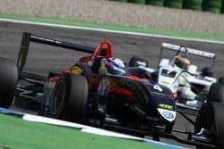 Jean-Karl Vernay, Signature, Dallara F308 Volkswagen, devance Christian Vietoris, Mücke Motorsport, Dallara F308 Mercedes