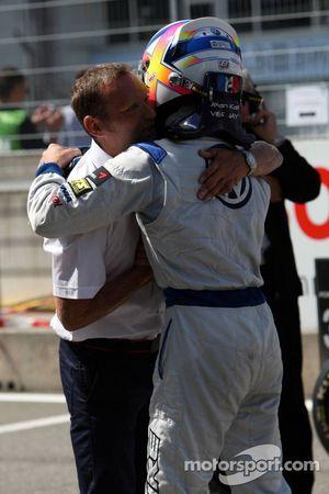 Le directeur sportif de Volkswagen, Kris Nielsen félicite Jean-Karl Vernay, Signature, Dallara F308