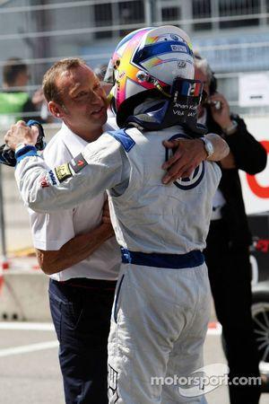 Le directeur sportif de Volkswagen, Kris Nielsen félicite Jean-Karl Vernay, Signature, Dallara F308 Volkswagen
