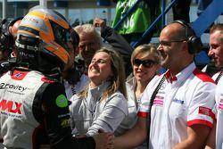 Christian Vietoris, Mücke Motorsport, congratulé par son équipe pour sa 2ème place