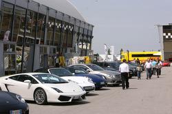 Les voitures de sport dans le paddock