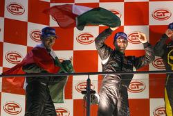 GT1 podium: les vainqueurs Michael Bartels et Andrea Bertolini