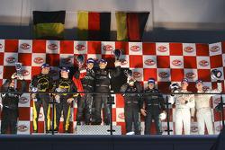 GT1 podium: les vainqueurs Michael Bartels et Andrea Bertolini, seconde place Mike Hezemans et Anthony Kumpen, troisième place Miguel Ramos et Alex Müller