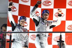 Podium GT2 : les vainqueurs de la catégorie Emmanuel Collard et Richard Westbrook