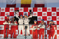 GT2 podium: les vainqueurs Emmanuel Collard et Richard Westbrook, seconde place Toni Vilander et Gianmaria Bruni, troisième place Alvaro Barba Lopez et Niki Cadei