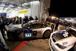 #77 Motorsport Arena Oschersleben BMW Z4-M Coupe: Claudia Hürtgen, Augusto Farfus, Stian Sorlie, Dirk Müller essayent de sortir d'un garage bondé