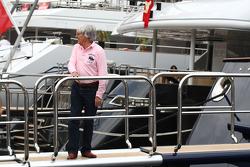 Bernie Ecclestone going onto FOTA meeting, boat, Flavio Briatore, Renault F1 Team, Takım Şefi, Direktörü