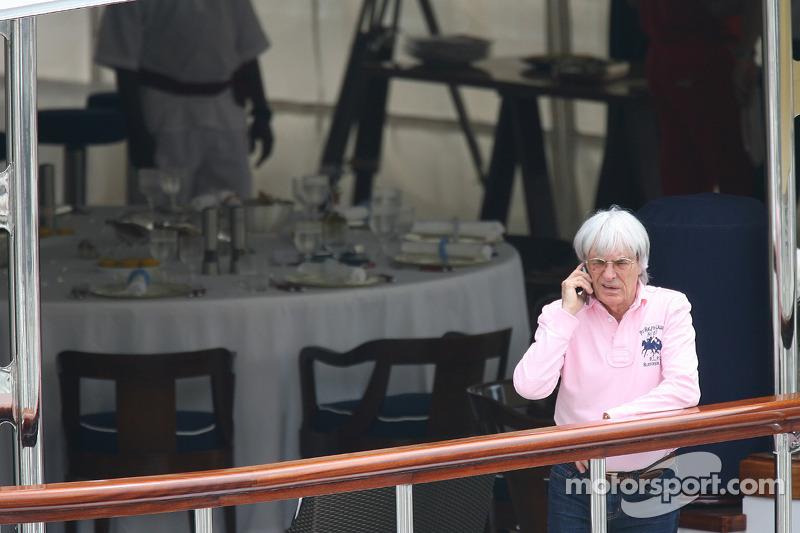 Bernie Ecclestone va à la réunion de la FOTA sur le yacht de Flavio Briatore