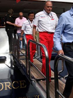 John Howett, Toyota F1 Team, Başkanı TMG, leave FOTA meeting, boat, Flavio Briatore, Renault F1 Team
