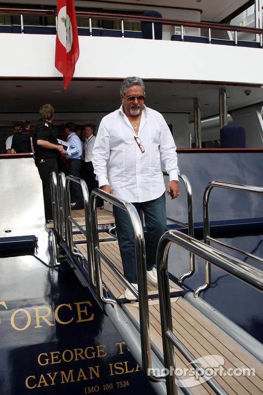 Vijay Mallya Force India F1 Takım Sahibi leave FOTA meeting, boat, Flavio Briatore, Renault F1 Team,