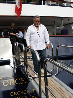 Vijay Mallya Force India F1 Takım Sahibi leave FOTA meeting, boat, Flavio Briatore, Renault F1 Team,
