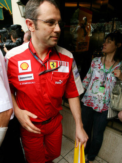 Stefano Domenicali, Scuderia Ferrari Direktörü goes to meeting ve Bernie Ecclestone ve Max Mosley, A