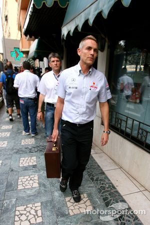 Martin Whitmarsh, McLaren, Şef Sorumlusu goes to meeting ve Bernie Ecclestone ve Max Mosley, ACM.
