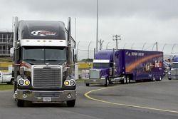 Les camions arrivent sur la piste