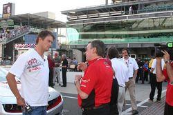Le pilote du Pace Car Josh Duhamel avec Johnny Rutherford discutant du pilotage du Pace Car