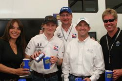 Milka Duno, Mike Conway, Dennis Reinbold, John Andretti and Davey Hamilton make root beer floats for