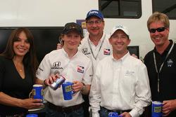 Milka Duno, Mike Conway, Dennis Reinbold, John Andretti y Davey Hamilton hacen cerveza de raíz para