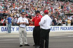 Joie Chitwood, Brian Barnhart et Chip Ganassi durant le challenge des arrêts aux stands