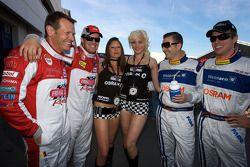 Edgar Althoff, Kenneth Heyer, Marc Henerici et Thomas Mutsch posent avec deux charmantes jeunes femmes