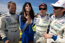 Marcel Tiemann , Romain Dumas et #12 Kissling Motorsport Chevrolet Corvette C6: Reinhold Renger, Roland Rehfeld posant avec une jeune pitgirl