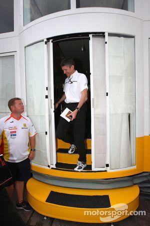 Ross Brawn Brawn Grand Prix director del equipo sale de una reunión de equipo los jefes llevada a ca