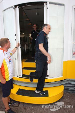 Jefe de equipo Franz Tost, Scuderia Toro Rosso, sale de una reunión de jefes de equipo en el motorho